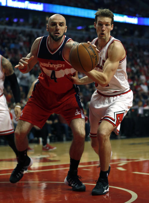 Mike Dunleavy and the Wizards' Marcin Gortat vie for a loose ball in the first quarter.