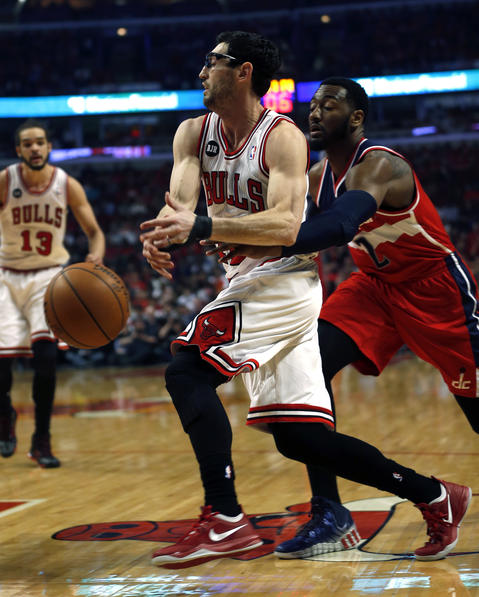 The Wizards' John Wall knocks the ball away from Kirk Hinrich in the first quarter.