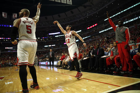 Kirk Hinrich, Carlos Boozer and Ronnie Brewer react to Hinrich's three-pointer in the first quarter.