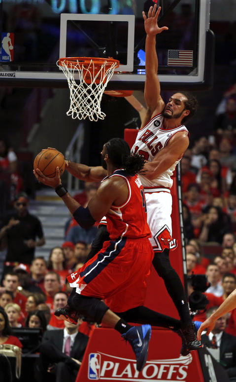 Joakim Noah defends the Wizards' Nene in the first quarter.