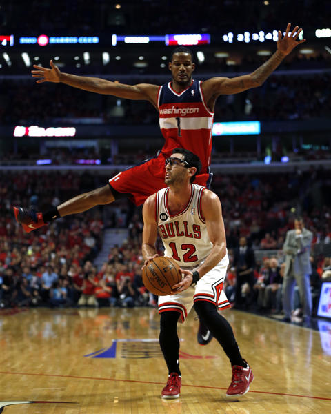 Kirk Hinrich pump fakes the Wizards' Trevor Ariza in the first quarter.