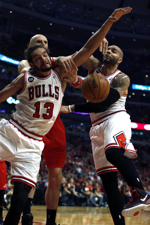 Joakim Noah and Carlos Boozer battle the Wizards' Marcin Gortat for a rebound in the first quarter.