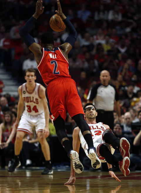 Kirk Hinrich commits a blocking foul while defending the Wizards' John wall in the first quarter.