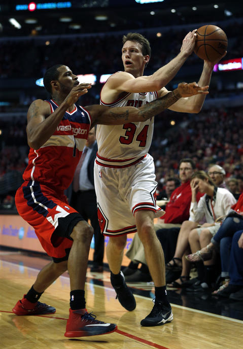 Mike Dunleavy is fouled by the Wizards' Trevor Ariza.