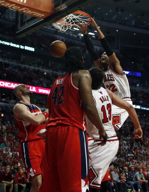 Taj Gibson dunks against the Wizards in the second quarter.