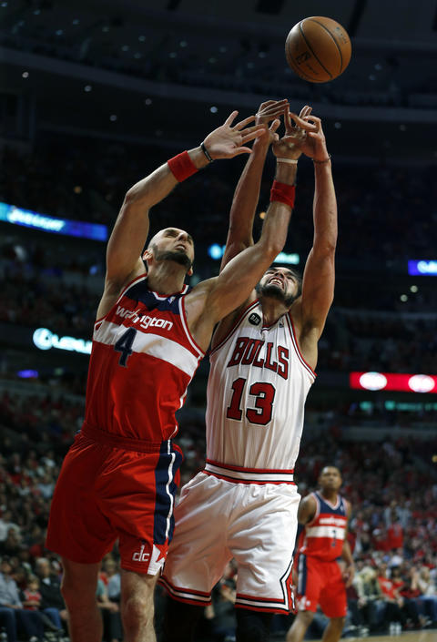 Joakim Noah and the Wizards' Marcin Gortat vie for a rebound in the second quarter.