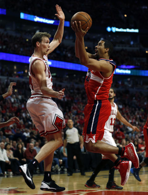 Mike Dunleavy can't stop the Wizards' Andre Miller in the 4th quarter.