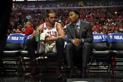 Joakim Noah listens to Derrick Rose before start of the 4th quarter.