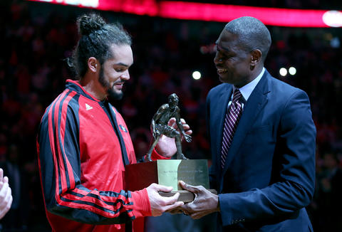 Dikembe Mutombo presents the Defensive Player of the Year trophy to Joakim Noah.