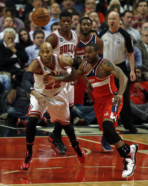 Taj Gibson and the Wizards' Trevor Booker vie for a loose ball in the first quarter.