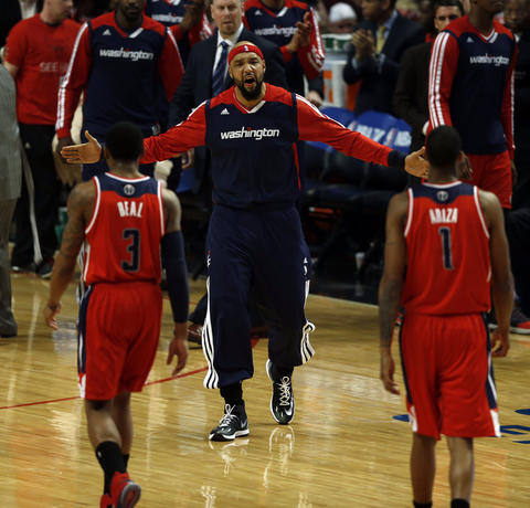 The Wizards' Drew Gooden welcomes Bradley Beal and Trevor Ariza back to the bench during a first quarter timeout.