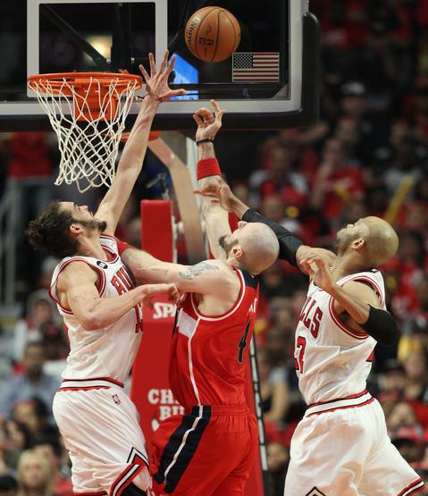 Joakim Noah blocks a shot attempt by the Wizards' Marcin Gortat in the second quarter.