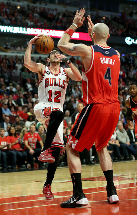 Kirk Hinrich looks past the Wizards' Marcin Gortat in the second quarter.