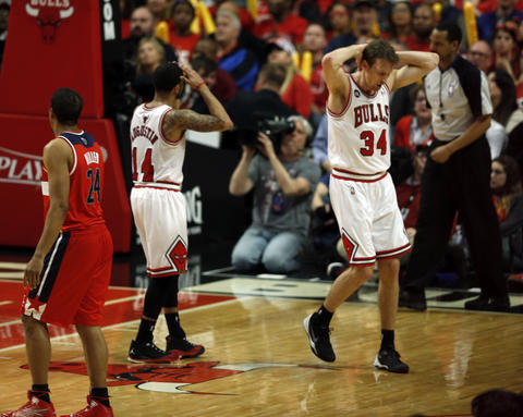 Mike Dunleavy and D.J. Augustin react to an official's call.