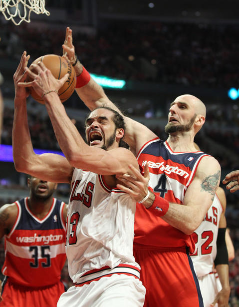 Joakim Noah competes for the ball with the Wizards' Marcin Gortat in the fourth quarter.