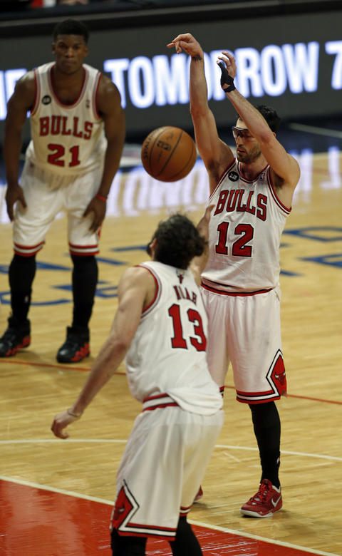 The ball bounces back to Kirk Hinrich after he missed the first of two free throws in the final seconds of overtime.
