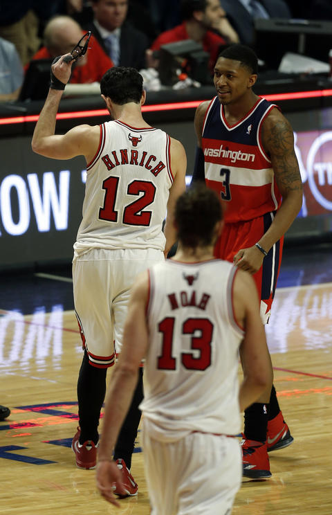 Kirk Hinrich and the Wizards' Bradley Beal react at the end of the game.
