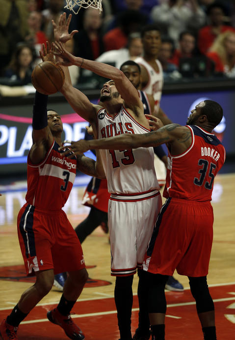 Joakim Noah loses the ball against the Wizards' Bradley Beal and Trevor Booker in overtime.