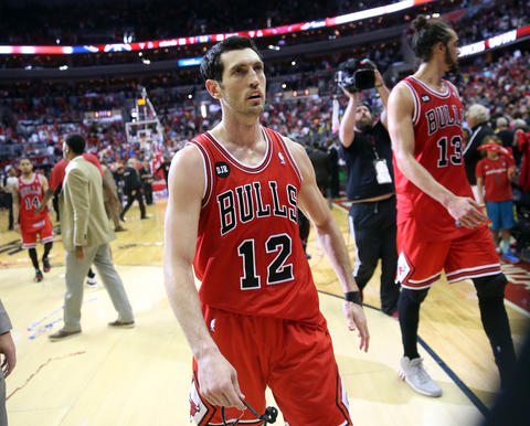 Kirk Hinrich leaves the court after the Game 4 loss.