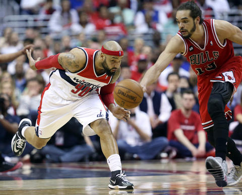 The Wizards' Drew Gooden and Joakim Noah chase a loose ball in the fourth quarter.