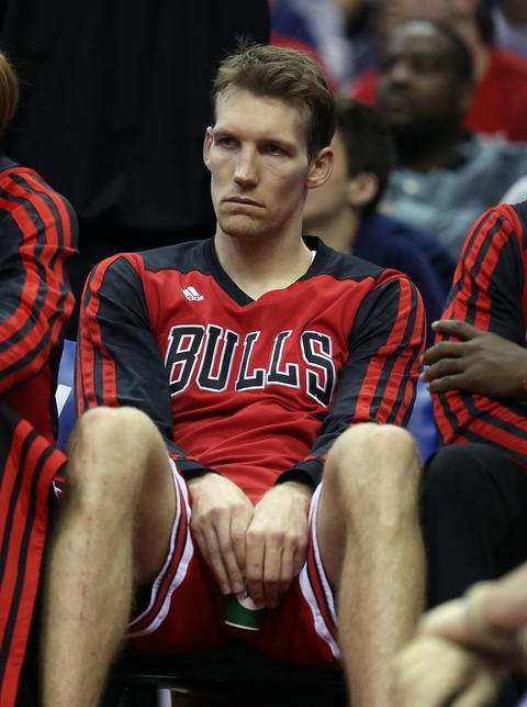 Mike Dunleavy sits on the bench after an injury in the fourth quarter.