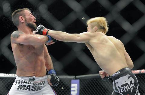 Takanori Gomi hits Isaac Vallie-Flagg.