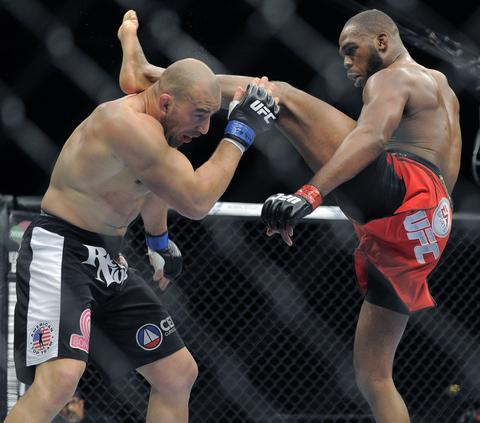 Jon Jones kicks Glover Teixeira.