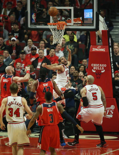 Joakim Noah scores a basket against the Wizards in the first quarter.