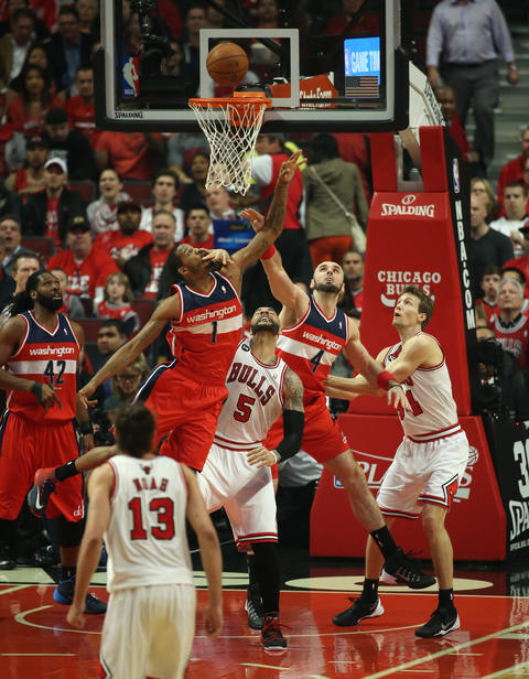 Carlos Boozer looks up as the Wizards' Trevor Ariza rises for a rebound in the first quarter.