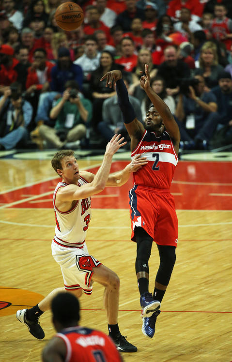 Mike Dunleavy fouls the Wizards' John Wall in the first quarter.