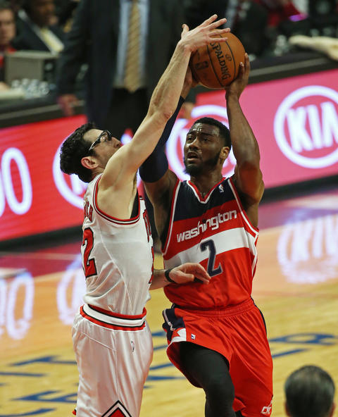 Kirk Hinrich blocks the shot attempt by the Wizards' John Wall.