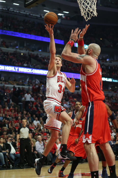 Mike Dunleavy goes up for the shot during the first half.