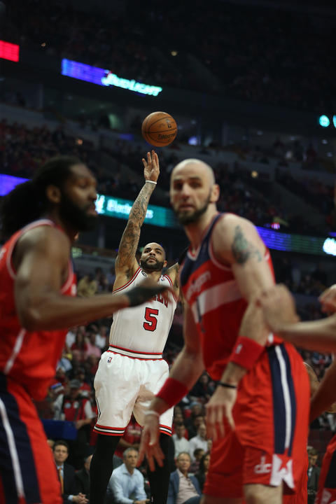 Carlos Boozer shoots against the Wizards in the first quarter.