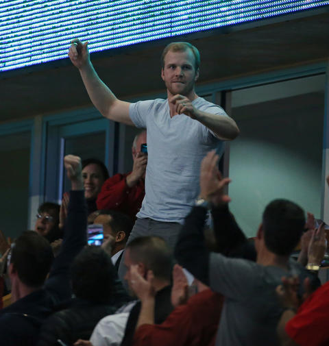 Bryan Bickell of the Blackhawks acknowledges the crowd in the second quarter.