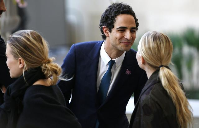 Fashion designer Zac Posen (C) greets actresses and designers Mary-Kate (L) and Ashley Olsen as they attend a ceremony to open the Anna Wintour Costume Center.