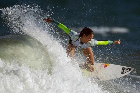 Australian Sally Fitzgibbons competes to win the Rio Women's Pro against Hawaian Carissa Moore at Barra de Tijuca beach in Rio de Janeiro on May 12, 2014.