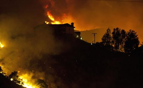 A wildfire threatens homes in San Marcos, California, on May 15, 2014.
