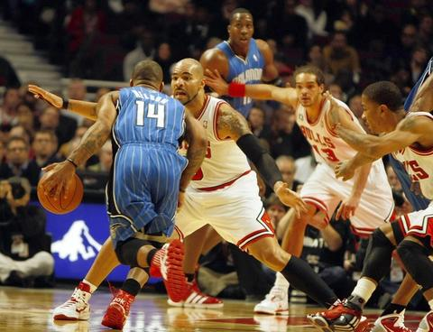Carlos Boozer guards Orlando's Jameer Nelson as Joakim Noah and Derrick Rose watch in the 1st quarter.