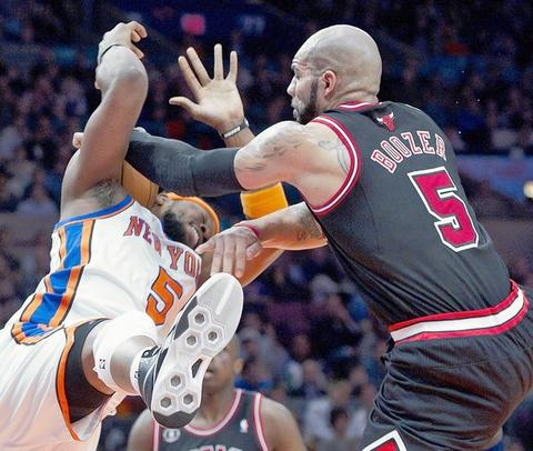 Carlos Boozer and Knicks' Bill Walker battle for a rebound in the first quarter.