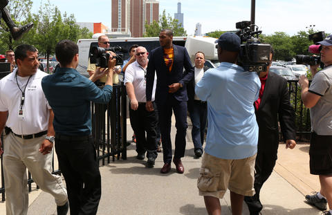 Carmelo Anthony arrives at the United Center.