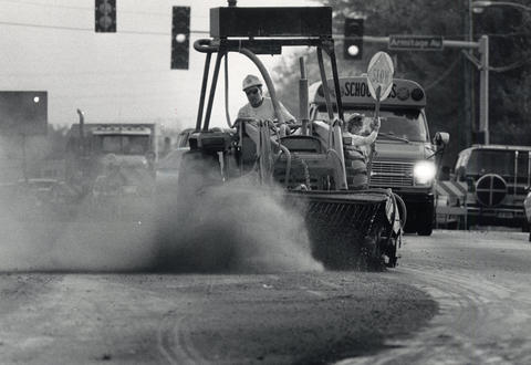 Oct. 24, 1989: Traffic comes to a near standstill as a road crew begins clean-up work on Bloomingdale Road in Glendale Heights. The road was dug up to lay a new water line.