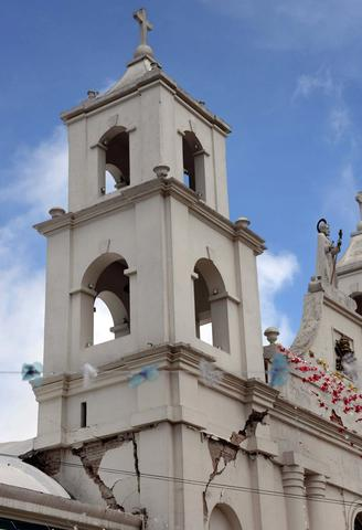 View of a damaged church following the 6.9 quake that hit the area, in San Marcos departament, 240 km from Guatemala City, on July 7, 2014. A strong 6.9-magnitude earthquake rocked parts of southern Mexico and Guatemala on Monday, killing at least two people and injuring more than 40 others. The US Geological Survey said the quake -- initially measured at a magnitude of 7.1 -- struck the Pacific coast of Mexico's Chiapas state at about 1124 GMT at a depth of 60 km. The epicenter was located just two km from the Mexican town of Puerto Madero, and 200 km from Guatemala City.