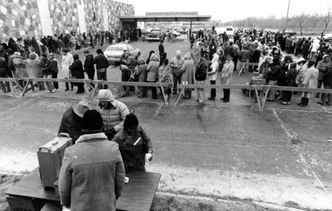 March 19, 1981: An estimated 400 depositors line up outside the Des Plaines Bank waiting to receive payments on their insured bank accounts. The bank, which had more than 17,000 accounts, was closed due to insolvency.