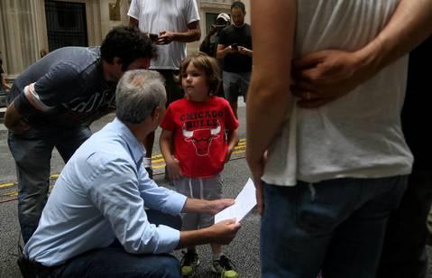 Maddex talks with Chicago Mayor Rahm Emanuel on the film set.
