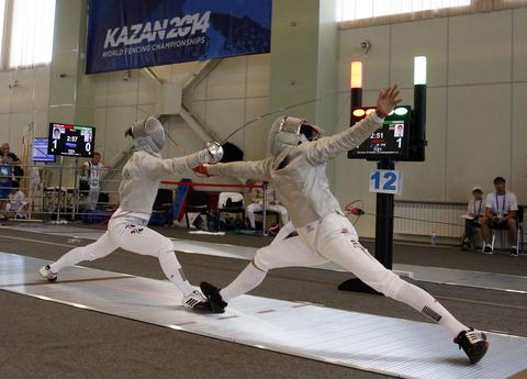 South Korea's Won Woo-young (L) and Egypt's Mohab Samer compete during their men's sabre qualification event at the World Fencing Championships in Kazan, July 15, 2014.