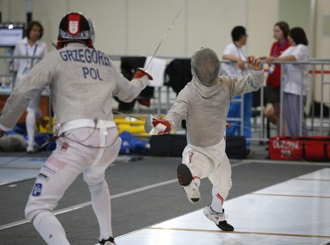 Japan's Shun Tanaka (R) and Poland's Mikolay Grzegorek compete during their men's sabre qualification event at the World Fencing Championships in Kazan, July 15, 2014.