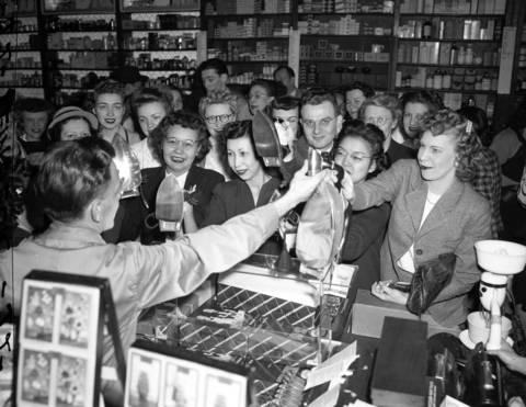 The Merchandise Mart drugstore in 1945.