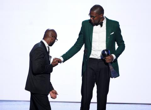 NBA player Kevin Durant accepts the Best Male Athlete award from actor Taye Diggs.