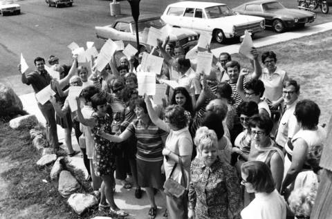 Aug. 31, 1971: Elgin teachers hand out flyers after a meeting in the Frontier Lodge just east of Elgin.