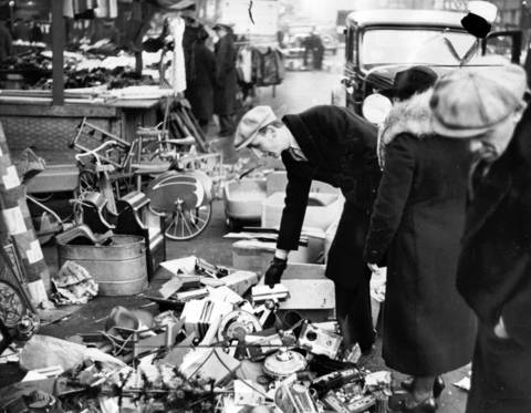 While record breaking throngs were buying luxury gifts in Loop stores in Dec. 1936, Maxwell Street merchants applied their usual tactics to shoppers in their district. Many placed their merchandise on stands, but some heaped their toys on the sidewalk to lure purchasers.